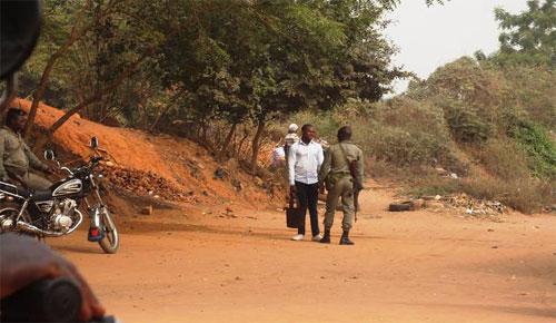Des militaires racketteurs à un point de passage clandestin Tokoin Casablanca ( Lomé) à la frontière entre le Togo et le Ghana | Photo : Le Canard Indépendant