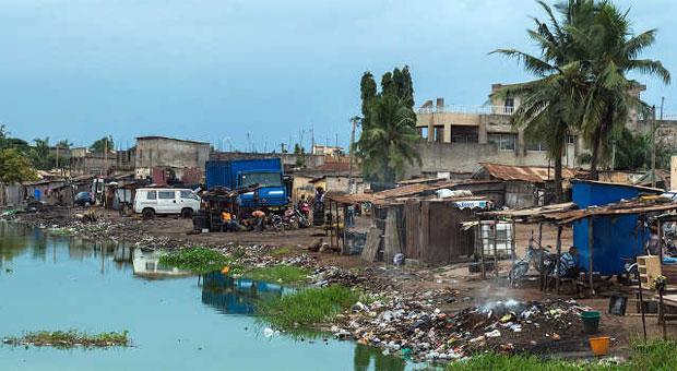 Bidonville au bord de la lagune quelque part à Lomé, la capitale togolaise   Photo : Wiki