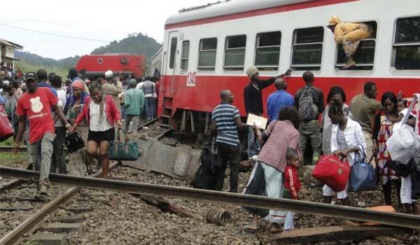 Des passagers tentent de sortir du train après le drame survenu à Eséka le 21 octobre 2016. © STRINGER / AFP  / RFI