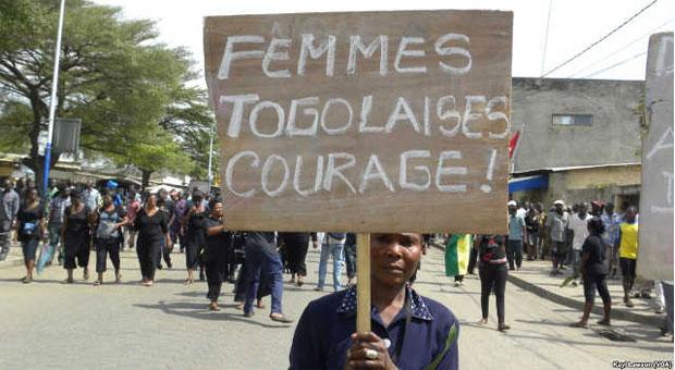 Une femme manifeste à Lomé, Togo, le 29 novembre 2013 | Photo : Kayi Lawson / VOA Afrique