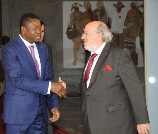 Poignet de main entre corrompus : Faure Gnassingbé et Louis Michel (d) | Photo ; RT