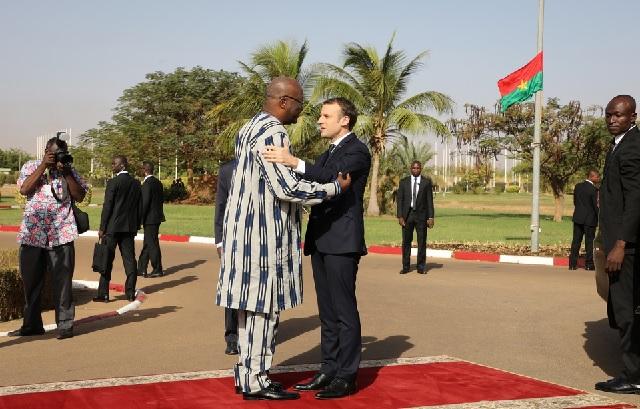 Visite de Macron au Burkina: Un minibus de la délégation française essuie des «jets de pierre»
