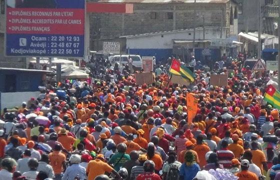 Togo: des milliers de manifestants, l'opposition maintient la pression
