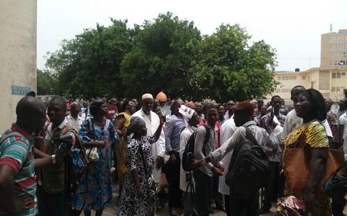 Togo /  Devant le ministère de la santé, on scande : Mijiyawa démission!