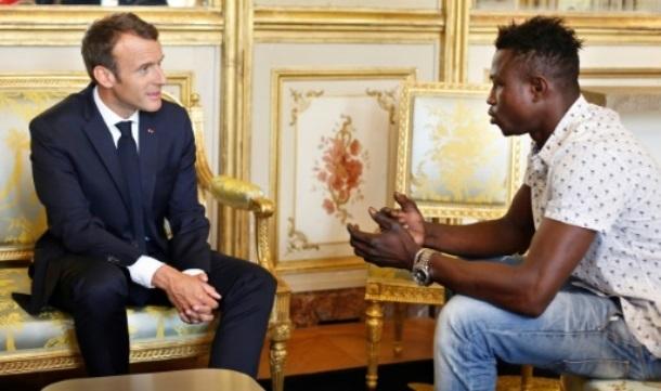 France: Macron naturalise un migrant malien, sauveur d'un enfant