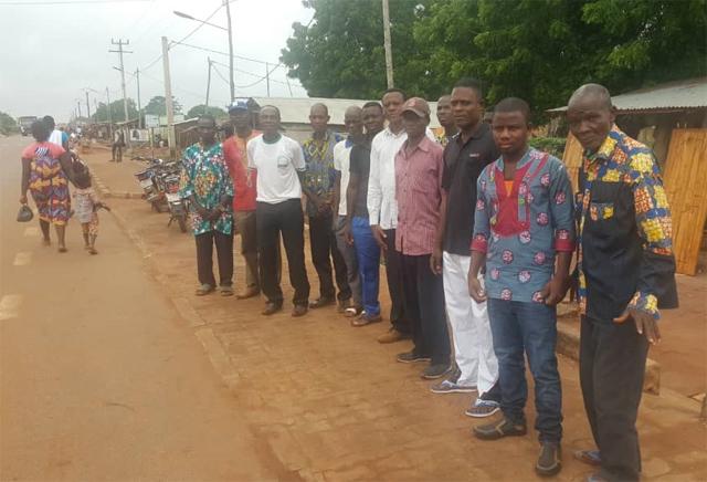 Début du rassemblement pour le sit-in devant la maison du chef du canton d'Ahépé