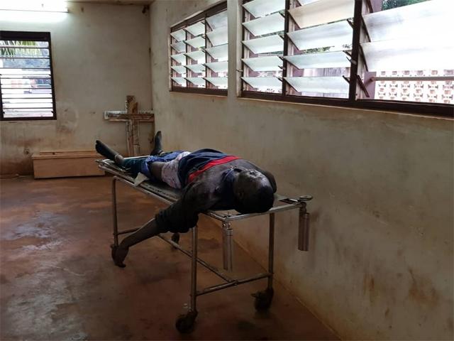 Le corps d'un des présumés braqueurs ici à la morgue de Tsévié