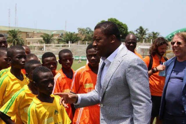 Faure Gnassibgé (centre) avec les jeunes amateurs de football. A droite, le nullard de sélectionneur de l'équipe nationale de football togolais Claude Le Roy | Photo : DR