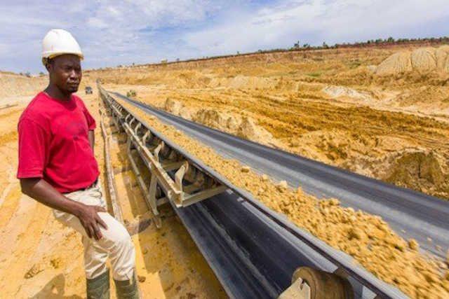 Un ouvrier surveille le convoyeur dans la mine de phosphate de la SNPT | Photo : DR/JA