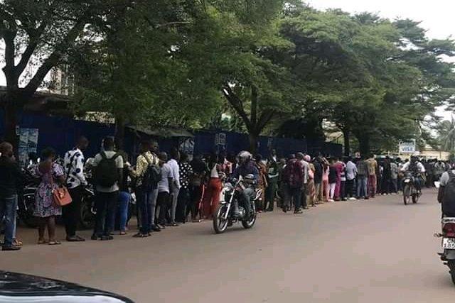 Affluence des jeunes au service des passeports à Lomé