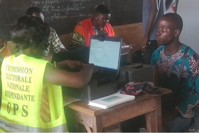 délivrance de carte d'électeur dans un centre de recensement ce vendredi à l'EPP Hedzranawoé.