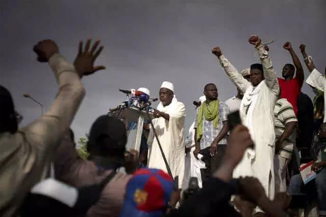 L'influent imam Mahmoud Dicko s'adresse aux manifestants, à Bamako, le 5 juin. MICHELE CATTANI / AFP