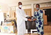 La Première ministre Victoire Tomegah Dogbé alias « Da Victo Vodou», a reçu, le vendredi 13 novembre dernier, d'importants lots de matériels informatiques offerts par le Programme des Nations Unies pour le Développement (PNUD) | Photo : DR / Fraternité